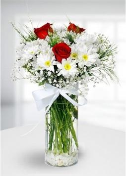 cam vazoda beyaz papatyalar ve güller